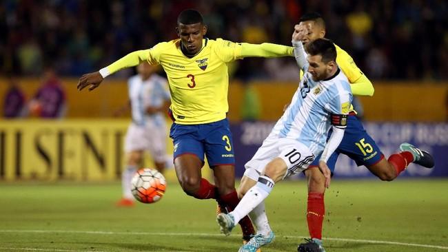 <p>Lionel Messi melengkapi hattrick lewat gol pada menit ke-62. Penyerang Barcelona itu mencetak gol indah setelah mencungkil bola melewati kiper Ekuador. (REUTERS/Henry Romero)</p>