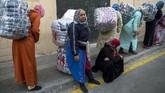 <p>Barang yang dibawa para perempuan Maroko ini biasanya berisikan pakaian, alat rumah tangga, makanan dan berbagai macam barang dagangan lainnya. (AFP PHOTO/FADEL SENNA)</p>
