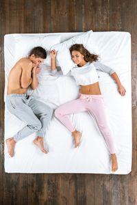 Kenyamanan tidur di atas kasur juga penting untuk memastikan kualitas tidur. Setiap orang memiliki kebutuhan kasur yang berbeda. Jadi, penting bagi pasangan suami istri untuk memilih kasur yang sesuai dengan kebutuhan mereka berdua. Memilih kasur yang empuk lebih disarankan, karena membuat kasur keras lebih mudah daripada membuat kasur empuk. Foto: Thinkstock