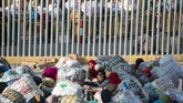 <p>Selanjutnya, mereka akan memasuki kawasan zona komersial yang dibangun pada 2004 silam. Di tempat ini ribuan pedagang Maroko mengisi kembali stok barang dagangan mereka untuk dibawa menuju pusat kota. (AFP PHOTO/FADEL SENNA)</p>