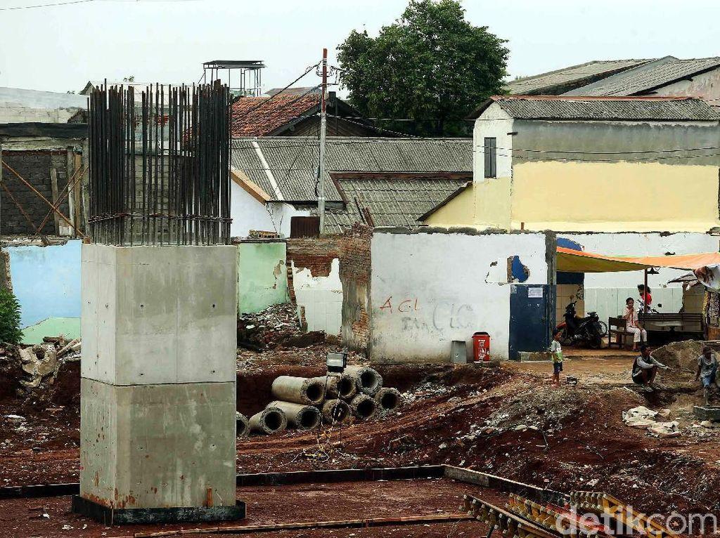 Tiang-tiang pancang telah berdiri di sepanjang proyek tol Becakayu.