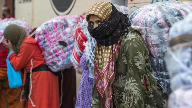 <p>Di sepanjang perbatasan antara Spanyol Utara dan Maroko, ribuan perempuan menggantungkan hidupnya menjadi buruh angkut barang dalam operasi perdagangan terorganisiryang mengantongi izin dari pemerintah setempat. (AFP PHOTO/FADEL SENNA)</p>