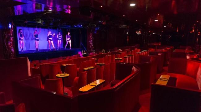 Le Crazy Horse Saloon atau Le Crazy Horse de Paris bukan kabaret biasa. Para penampilnya adalah perempuan-perempuan telanjang. (AFP PHOTO / GEOFFROY VAN DER HASSELT)