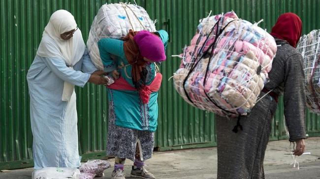 <p>Sejauh ini, sudah empat nyawa hilang dalam pekerjaan ini. Para aktivis Maroko dan Spanyol telah berulang kali menyerukan protes terhadap pekerjaan tersebut, karena menurut mereka pekerjaan ini adalah eksploitasi dan menjatuhkan martabat perempuan. (AFP PHOTO/FADEL SENNA)</p>
