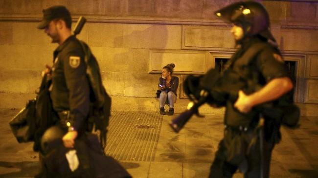<p>Kegaduhan dalam negeri ini tak ayal membuat perekonomian Spanyol terganggu. Menjelang pidato Puigdemont, pasar saham Spanyol merosot 1 persen. Sejumlah perusahaan besar juga memindahkan markasnya dari Catalonia ke wilayah lain di Spanyol. (Reuters/Ivan Alvarado)</p>