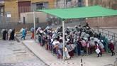 <p>Diperkirakan sekitar 15 ribu buruh angkut perempuan menjelajah rute dari Ceuta ke Maroko setiap harinya, walaupun memiliki resiko yang tinggi, namun para pejabat setempat seakan menutup mata terhadap praktik tersebut. (AFP PHOTO/FADEL SENNA)</p>
