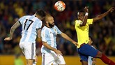 <p>Duet lini belakang timnas Argentina Javier Mascherano dan Nicolas Otamendi (17) bermain apik di sisa laga dan mampu menahan serangan-serangan Ekuador. (REUTERS/Henry Romero)</p>