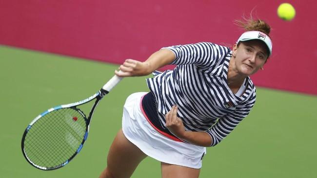 <p>Setelah Caroline Garcia mengundurkan diri karena cedera, Maria Sharapova kemudian harus menghadapi petenis asal Rumania Irina-Camelia Begu pada laga di Tianjin International Tennis Center, Rabu (11/10). (AFP PHOTO / STR)</p>