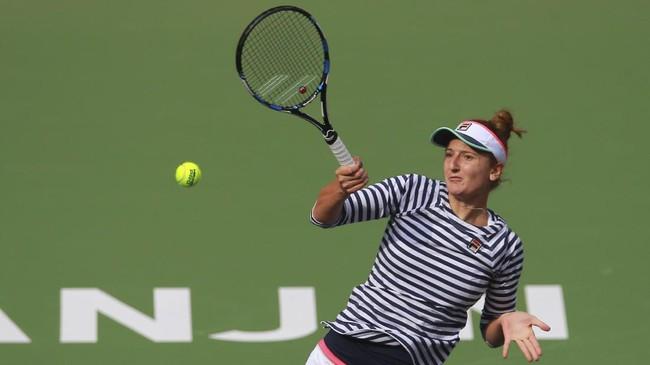 <p>Irina-Camelia yang merupakan unggulan kesembilan di Tianjin Terbuka 2017 tidak mampu meningkatkan penampilannya di set kedua melawan Maria Sharapova. (AFP PHOTO / STR)</p>