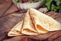 Tortila gandum yang tipis pun bisa jadi pilihan. Selain memiliki karbohidrat yang lebih sedikit, opsi ini menawarkan makanan yang kaya serat. Bisa dipadukan dengan isian sayuran segar juga kok. Foto: ilustrasi/thinkstock