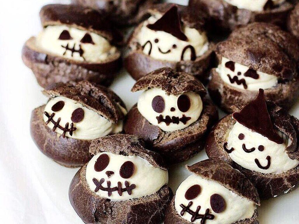 Kue puff berwarna hitam ini adalah buatan Michelle Lu, remaja asal Melbourne yang hobi membuat kue. Ini kue yang ia buat dengan tema halloween. Foto: Instagram sweet_essence