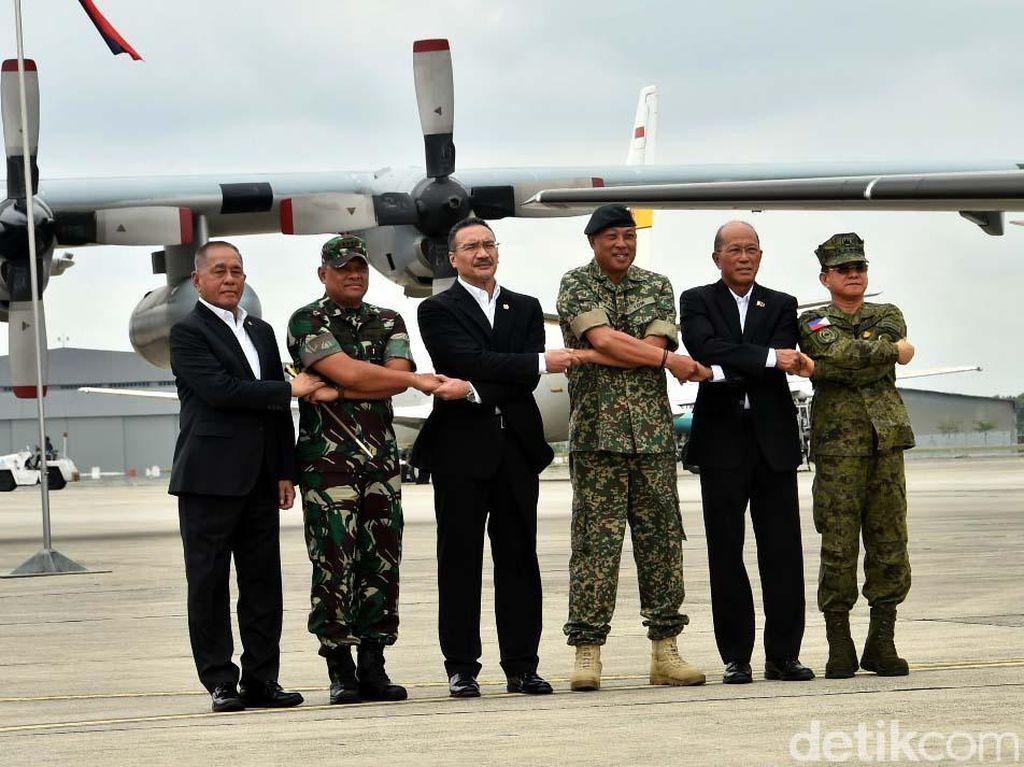 Panglima TNI Jenderal TNI Gatot Nurmantyo turut mendampingi Menteri Pertahanan Republik Indonesia Ryamizard Ryacudu. (Puspen TNI)