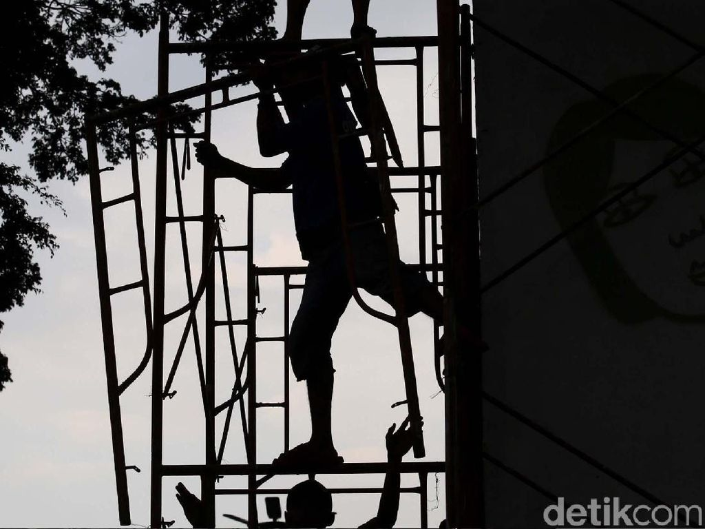 Para pekerja memasang alat khusus untuk melakukan perawatan berkala kompleks Taman Ismail Marzuki di Jakarta, Kamis (12/10).