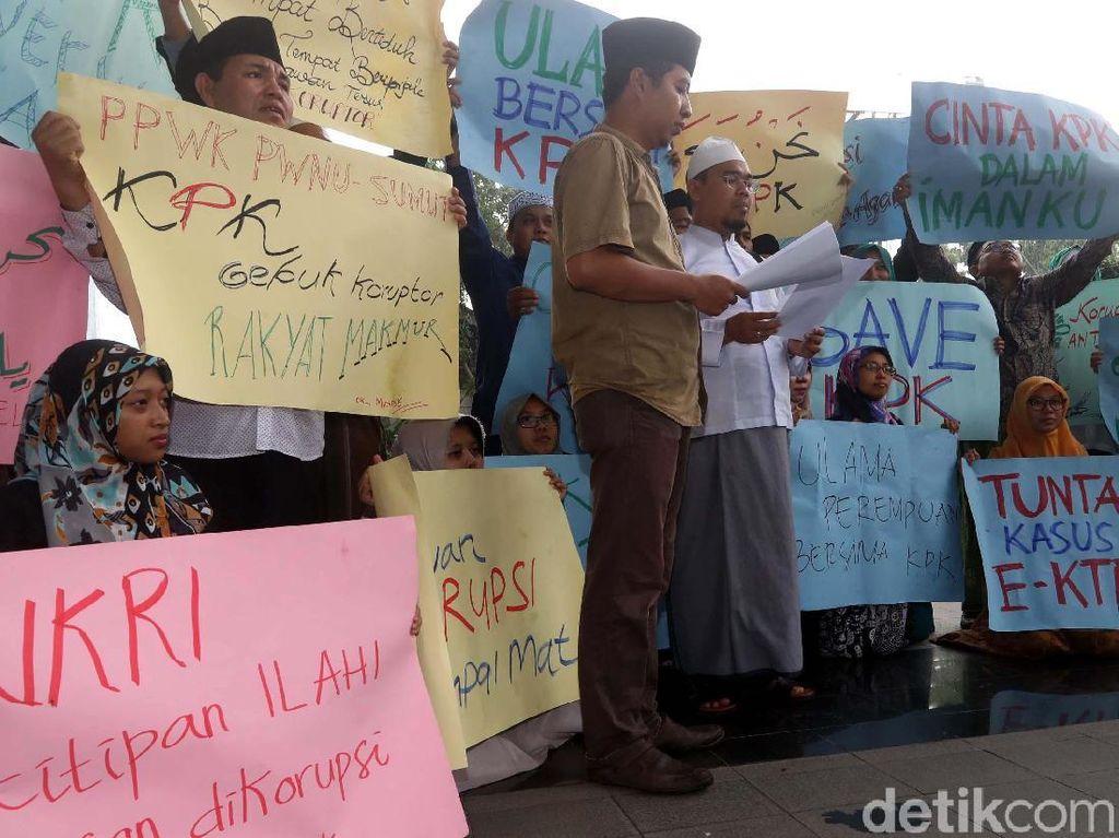 Aksi tersebut untuk memberikan dukungan kepada KPK agar segera menuntaskan berbagai kasus korupsi.