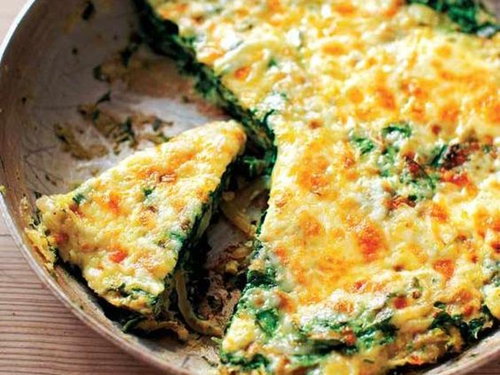 Omelet gaya Spanyol ini memakai isian irisan kentang, bayam dan keju. Setelah telur beku, kemudian dipanggang dalam oven hingga keju meleleh. Dimakan hangat, tentu saja makin enak.Foto: Istimewa