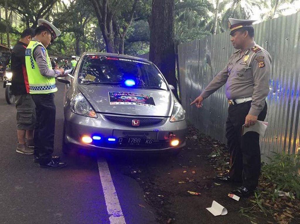 Sejumlah petugas kepolisian dari Polda Metro Jaya menggelar razia terhadap kendaraan yang menggunakan rotator atau strobo. Istimewa/Instagram/tmcpoldametro.