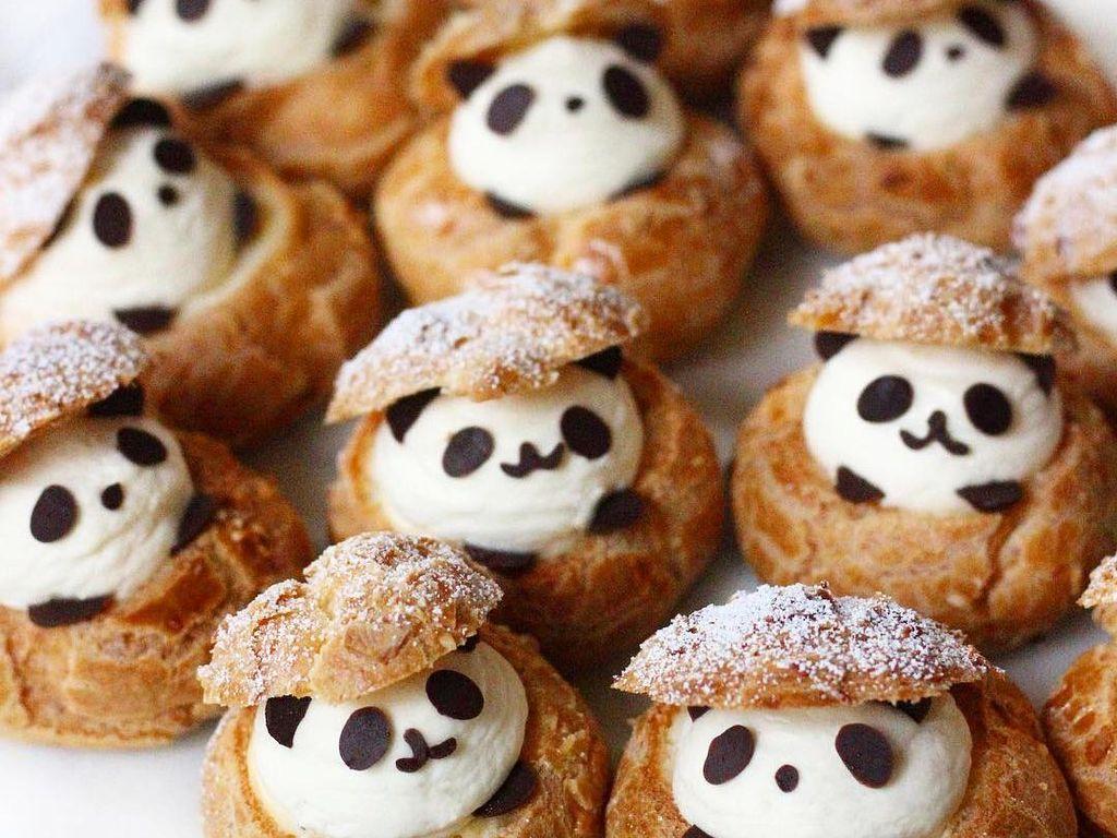 Panda lucu ini terlihat seperti mengumpat di dalam tong ya. Lucu! Foto: Instagram sweet_essence