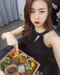 Tak hanya olahraga saja lho, Kang Sora juga mengatur pola makannya benar-benar sehat. (Foto: Instagram @reveramess_)