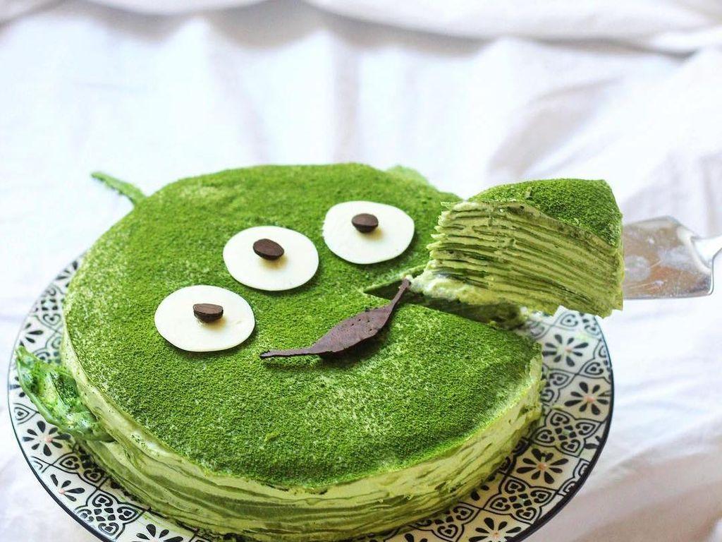 Matcha mille crepe berwarna hijau ini dibuat mirip alien. Enak dan lucu! Foto: Instagram sweet_essence