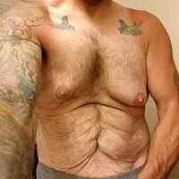 Meski terlihat seperti kulit kakek-kakek, bukan tidak mungkin ada otot yang kekar di baliknya. (Foto: instagram/fatbeardedtattooedguy)