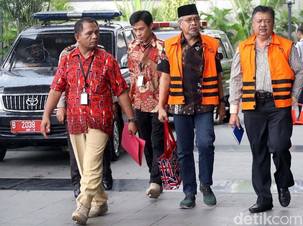 Nur Alam dan Iwan Rusmali tiba untuk menjalani pemeriksaan di gedung KPK, Jakarta, Kamis (12/10).