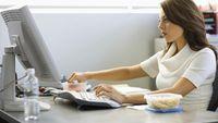 Tekanan pekerjaan yang biasanya meningkat di siang hari tanpa disadari bisa membuat Anda merasa lebih lapar. Tak jarang pada jam-jam kritis tersebut Anda memesan atau membeli makanan mengikuti nafsu perut Anda yang stres. Tak heran kalau Anda akan cepat gemuk nantinya. Foto: Ilustrasi/thinkstock