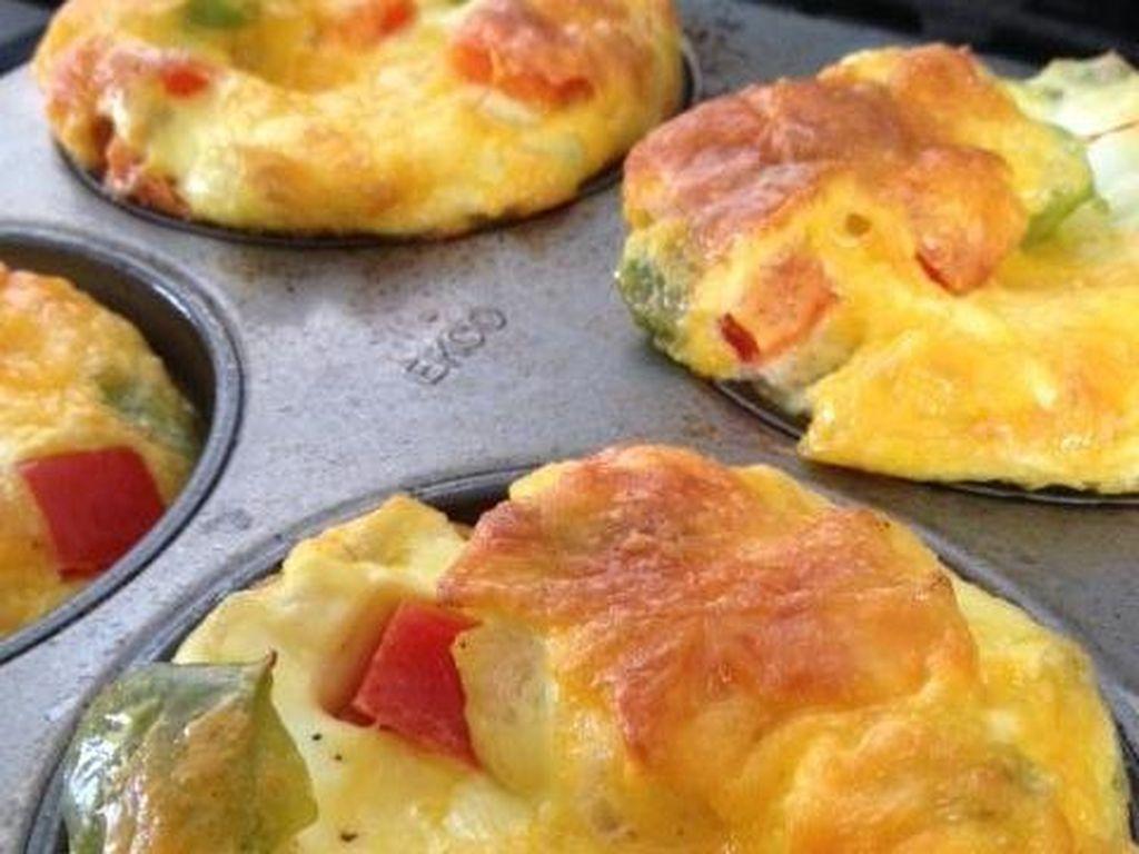 Kalau tak mau repot, omelet juga bisa dipanggang. Gunakan loyang muffin untuk memanggang. Bisa diberi isian kentang, paprika dan bawang bombay.Foto: Istimewa
