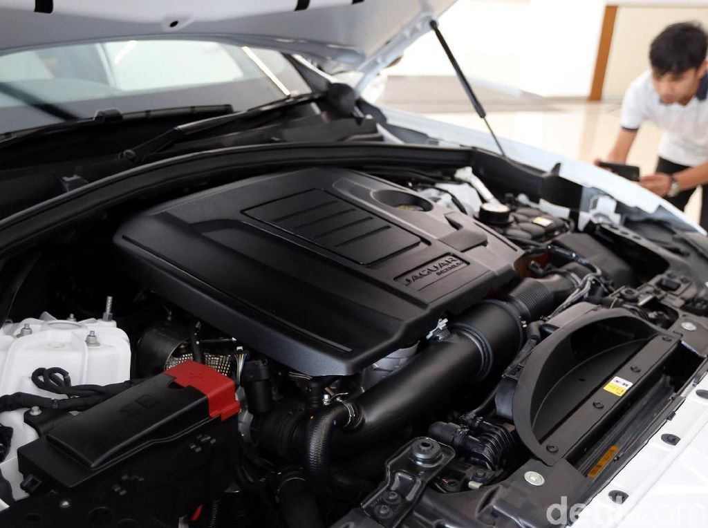 Perbedaan dari type sebelumnya terletak pada penggunaan mesin bensin Ingenium dengan performa lebih baik dengan efisiensi bahan bakar yang meningkat.