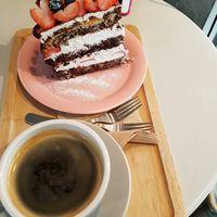 Tapi sesekali bolehlah mencicipi kue enak dan ditemani secangkir kopi. (Foto: Instagram @reveramess_)