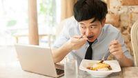 Tekanan pekerjaan di jam makan siang bisa membuat Anda makan telat, memesan makanan yang kurang sehat atau jajan, dan yang paling buruk adalah makan tanpa menikmati makanan tersebut karena harus cepat kembali bekerja. Gaya hidup seperti ini akan mengancam sistem pencernaan, dan tentu saja berat badan Anda. Foto: Ilustrasi/thinkstock