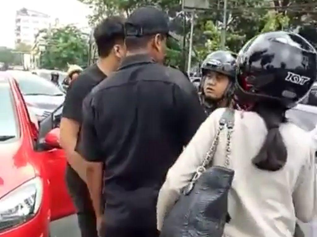 Entah bagaimana ceritanya, pemobil dan anggota TNI AL terlibat keributan di tengah jalan.