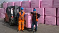 Satu industri yang banyak mempekerjakan pekerja pria juga terlibat dalam kampanye kanker payudara Oktober ini. Seperti Mid UK Recycling Ltd yang mendukung kampanye #wearitpink dengan bungkus berwarna pink dalam kontrainer-kontainer mereka selama Oktober. Foto: Twitter