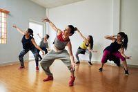 Menari merupakan aktivitas yang bisa sangat menuntut fisik karena tubuh perlu cukup fleksibel dengan stamina tinggi. Seorang penari atau pengajar tari yang sukses bisa dipastikan memiliki tubuh yang bugar dengan kemampuan kardio yang baik. Foto: Thinkstock