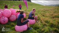 Kebanyakan kampanye sebagai bentuk perlawanan terhadap kanker payudara dilakukan dengan cara yang menyenangkan, seperti melakukan kompetisi lari lumpur di Inggris pada 2015. Sambil berlari sepanjang 5K atau 10K, peserta harus menghadapi banyak tantangan seru. Foto: Youtube