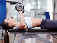 Latihan crunches yang mirip sit up ini bisa dilakukan untuk memangkas lemak perut dan menguatkan otot perut. Begitu otot perut Anda telah berbentuk dan kencang, maka otot-otot payudara juga akan ikut mengencang dan penuh. Foto: Ilustrasi/thinkstock