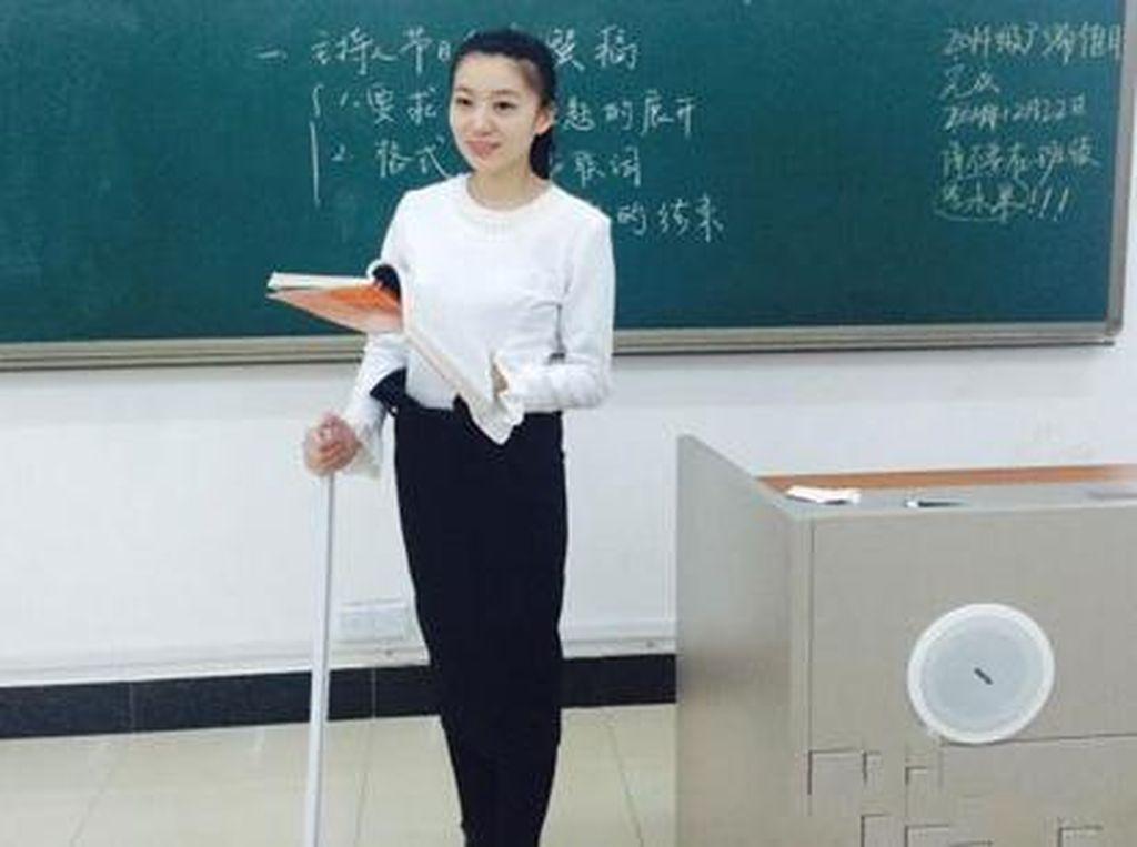 Potret 10 Guru Cantik dan Seksi yang Bikin Kamu Betah Berada di Kelasnya