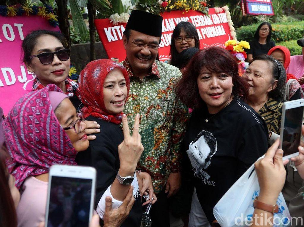 Djarot menemui warga yang menunggunya di Balaikota, Jakarta, Jumat (13/10/2017).