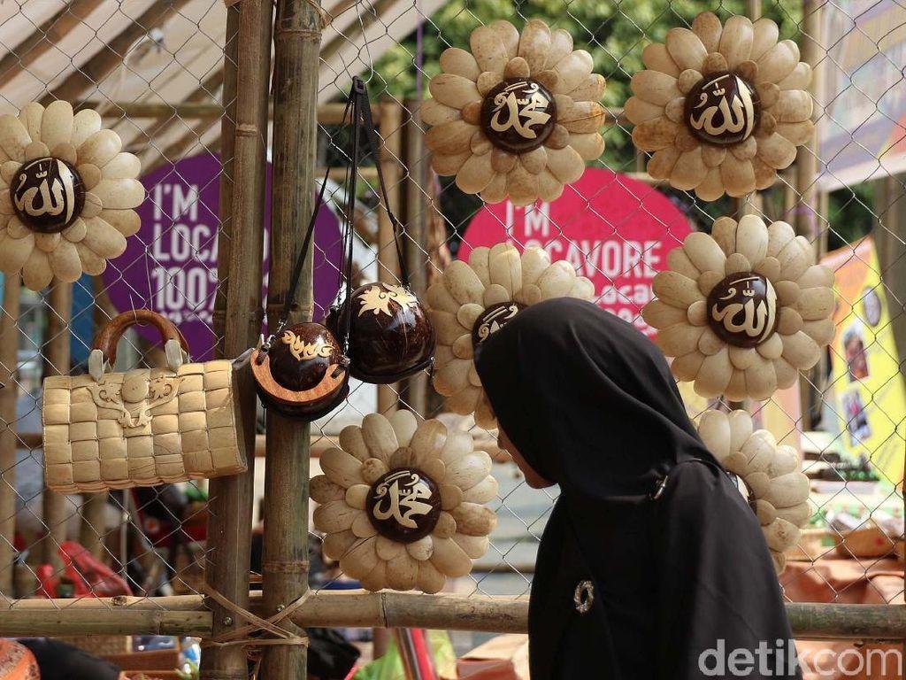 Para pengunjung melihat produk lokal yang dipamerkan di Festival Panen Raya Nusantara (Parara) di Taman Menteng, Jakarta, Jumat (13/10).