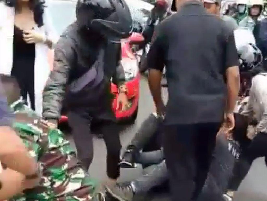 Keduanya terlibat adu mulut yang berlangsung panas. Di tengah adu mulut, si pria mendorong prajurit TNI AL. Prajurit membalas dorongan itu dengan mendaratkan bogem mentah di pipi kiri si pria.