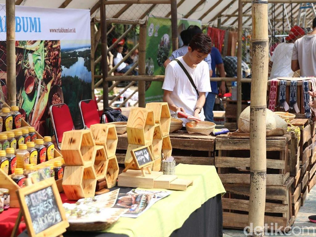 Festival Parara adalah gabungan 27 lembaga LSM, visinya adalah memanfaatkan sumber daya alam di Indonesia dan bertujuan mendukung ekonomi komunitas lokal secara adil dan lestari.