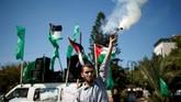 Seorang pria Palestina melepaskan kembang api ke udara saat perayaan rekonsiliasi Hamas-Fatah. (REUTERS / Suhaib Salem).