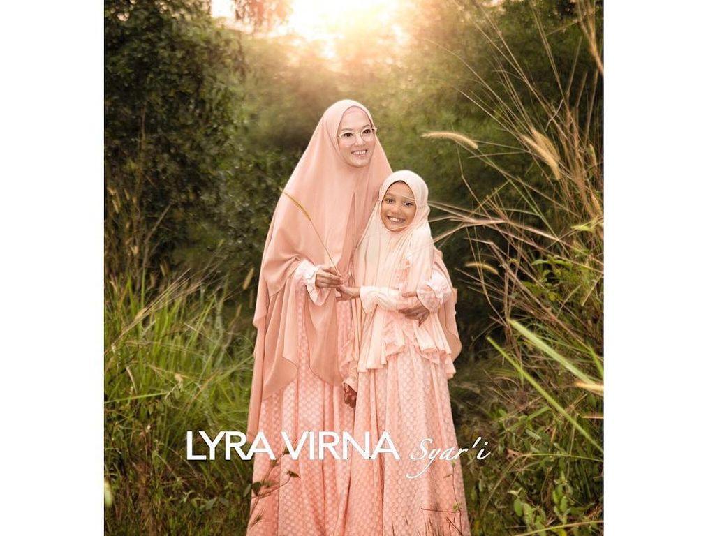 Foto: Manisnya Putri Lyra Virna Saat Berhijab Syari Seperti Ibunya