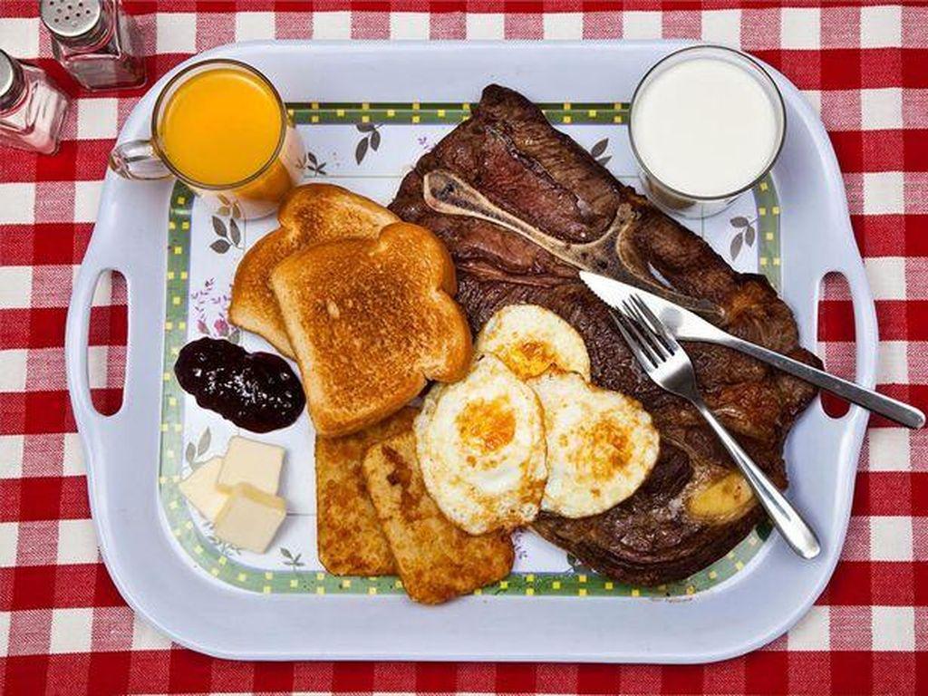 Ted Bundy dijuluki sociopath sadistic karena membunuh 36 wanita muda. Sebelum dihukum mati, ia meminta hidangan tradisional Inggris berupa steak medium rare, telur, hash browns, roti panggang, susu dan jus. Foto: Mirror