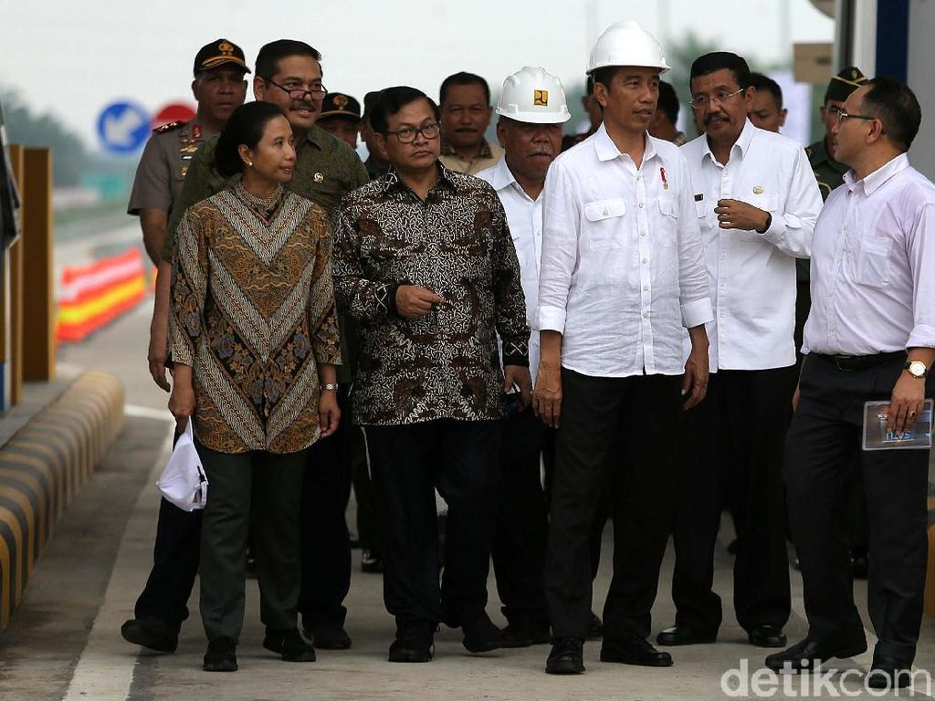 Dalam kesempatan ini, Jokowi didampingi oleh Sekretaris Kabinet Pramono Anung, Menteri BUMN Rini Soemarno, dan Menteri PUPR Basuki Hadimuljono.