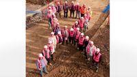 Kampanye kanker payudara unik lainnya tanpa perlu melepas beha dilakukan orang-orang lapangan ini. Seperti dalam foto ini, para pekerja laki-laki berbaris membantuk pita pink dengan mengenakan rompi proyek berwarna merah muda. Unik bukan? Foto: Youtube