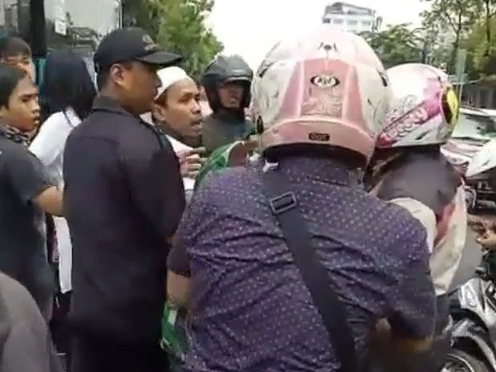 Ada juga dua orang wanita yang ikut terlibat perkelahian. Diduga dua wanita itu terkait dengan pengendara mobil dan prajurit TNI AL.