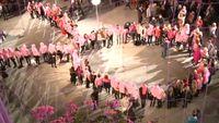 Kampanye dengan membuat konfigurasi pita pink yang menjadi simbol kepedulian kanker payudara juga cukup sering dilakukan, seperti yang dilakukan kumpulan komunitas ini. Foto: Youtube
