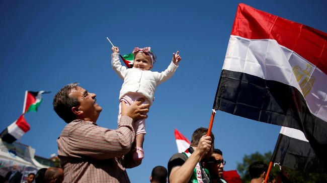 Seorang gadis ikut dalam kegembbiaraan saat parade perayaan rekonsiliasi Hamas dan Fatah di Jalur Gaza. (REUTERS / Suhaib Salem).