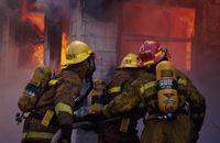 Seorang pemadam kebakaran memaparkan dirinya pada lingkungan kerja berbahaya dan menuntut secara fisik. Ia harus bisa tahan bekerja di suhu tinggi, membawa beban berat, dan tahan bekerja di bawah tekanan ekstrem karena nyawa yang jadi taruhannya. Foto: Thinkstock