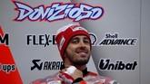 Tepat di samping paddock Jorge Lorenzo, rekan setimnya di Ducati, Andrea Dovizioso, juga menanti hujan reda sebelum latihan bebas pertama MotoGP Jepang. (AFP PHOTO/Toshifumi KITAMURA)